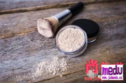 散粉会堵塞毛孔吗?如何利用粉扑散粉刷打造透亮肌肤!