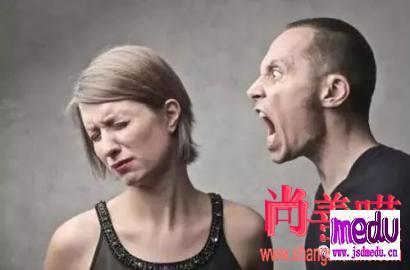 口角之争,男子端起火锅烫伤人:坏情绪升级,一次矛盾也伤人
