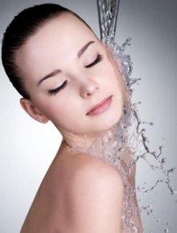 女人温水刷牙、冷水洗脸、热水洗脚、温水洗腋下...