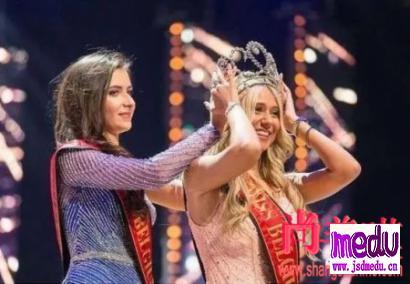 23岁比利时小姐席琳范乌斯特尔比美走秀摔倒甩出内衣,获得全场选美冠军