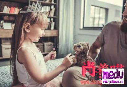 爸爸让2岁女儿签下一份协议,并盖下自己的小脚印