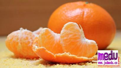 橘子的功效与作用:橘子酸甘化阴、橘子肉止咳润肺、橘络止咳化痰、橘核化痰散结、橘皮燥湿化痰镇静安神