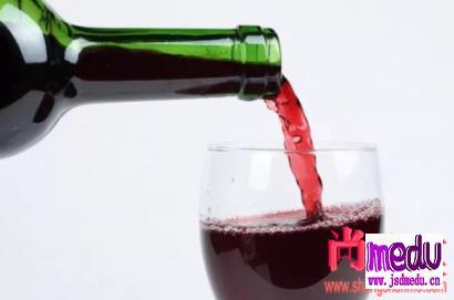 睡前喝红酒能软化血管、预防心脏病?