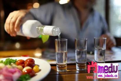 每天坚持喝二两白酒跟滴酒不沾,哪个更健康?