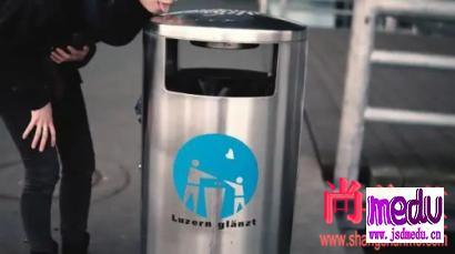 瑞士女主持人丽亚·因德比津说不怕新冠肺炎病毒,伸出舌头到处舔公交车按钮和垃圾桶