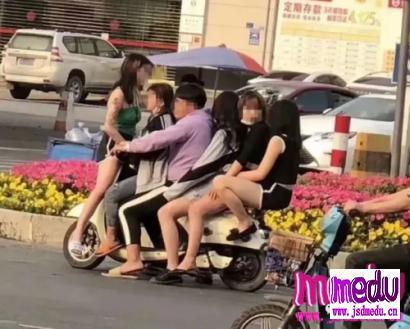 """东莞""""最靓的仔""""被拘留:骑电动车载5女,个个未成年"""