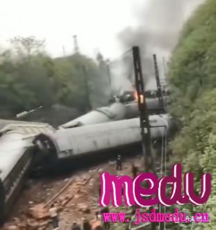 济南至广州T179次客运火车在湖南侧翻 多节车厢脱轨车头起火